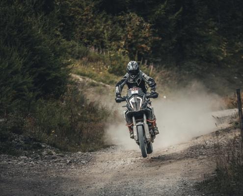 Geweldig Offroad avontuur rijden in de Alps Tourist Trophy Italie met de allroad motor in de bergen