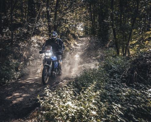 Geweldige Allroad Rally rijden in de Alps Tourist Trophy Italie met de motor offroad in de bergen