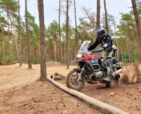 Rijden van obstakels oefenen in de BERRT Furstenau Advanced Training